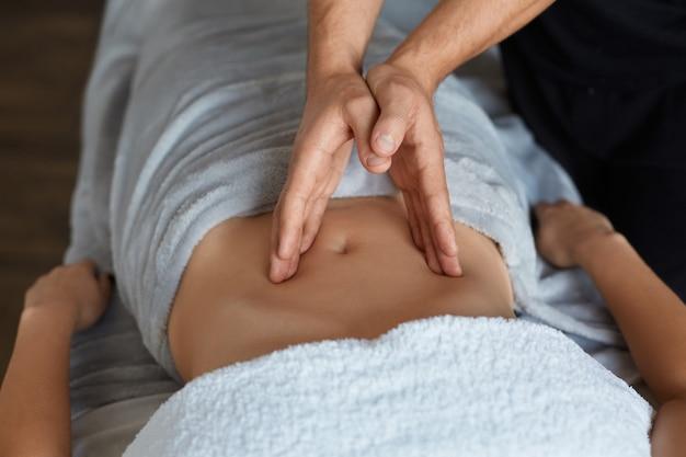 Massagista faz massagem