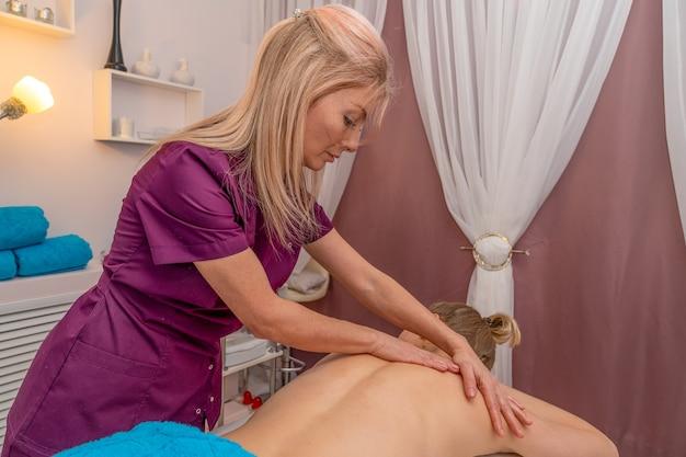 Massagista fazendo massagem em um cliente