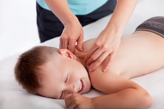 Massagista fazendo massagem menino