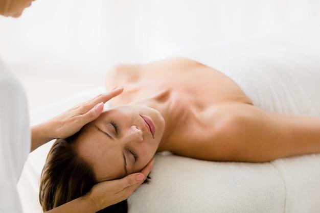 Massagista recortada dando massagem para mulher