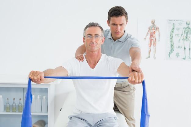 Massajador de terapeutas com ombro no hospital