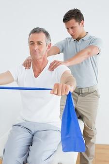 Massajador de terapeutas homen homossexual no ginásio hospital