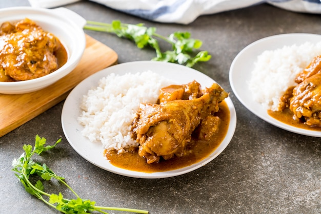 Massaman curry de frango com arroz