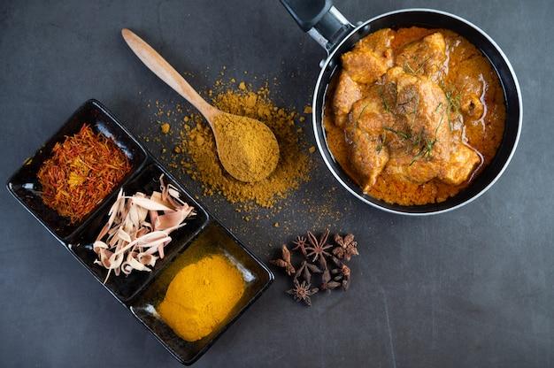 Massaman curry em uma frigideira com especiarias no chão de cimento