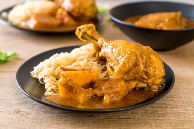 Massaman de frango curry colar com macarrão