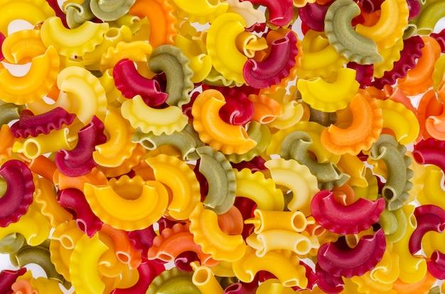 Massas coloridas com adição de corantes naturais vegetais, alimentação saudável. foto do estúdio.