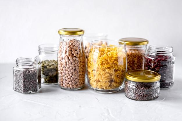 Massas, lentilhas, grão de bico e feijão em frascos