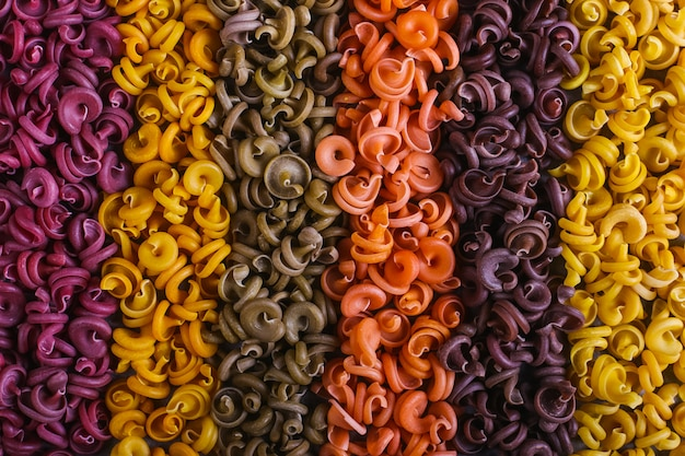 Massas multicoloridas de forma incomum com corantes vegetais naturais, separadas por listras