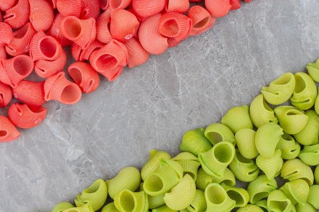 Massas vermelhas e verdes isoladas em superfície de mármore