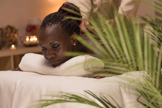 Masseur fazendo massagem com mulher africana