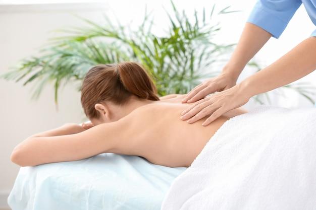 Massoterapeuta trabalhando com paciente do sexo feminino em centro médico