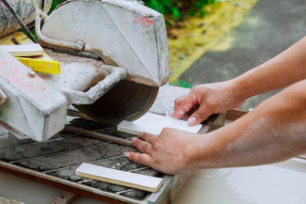 Master cortou o ladrilho nos ladrilhos de corte mestre da máquina na máquina