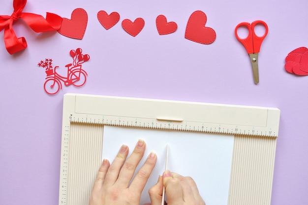 Master dyi - aula sobre criação de cartões para o dia dos namorados. scrapbooking com régua e corte bicicleta vermelha e corações.