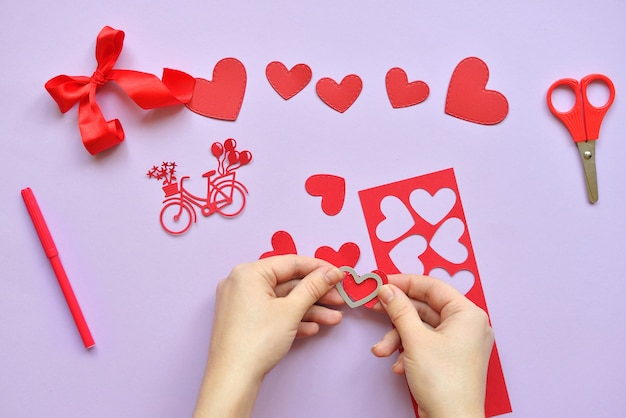 Master dyi - aula sobre criação de cartões para o dia dos namorados. scrapbooking com tábuas de decisão e cortando bicicletas e corações. instruções passo a passo.