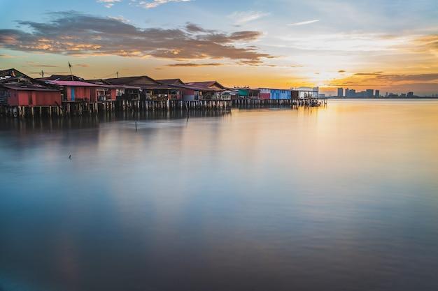 Mastigue a vila do pescador do molhe em george town penang malaysia no nascer do sol.