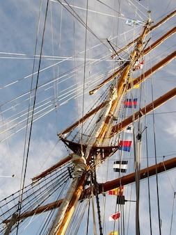 Mastro cordas logos liberdade água do oceano céu fragata