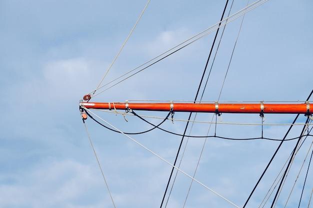 Mastro do veleiro, vela e corda