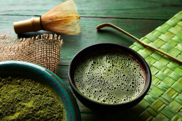 Matcha chá em pó de bambu chasen e colher
