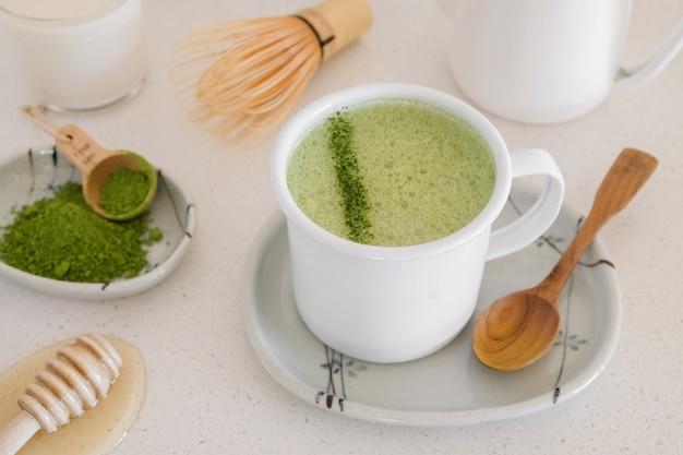 Matcha chá verde com leite, bebidas modernas e saudáveis