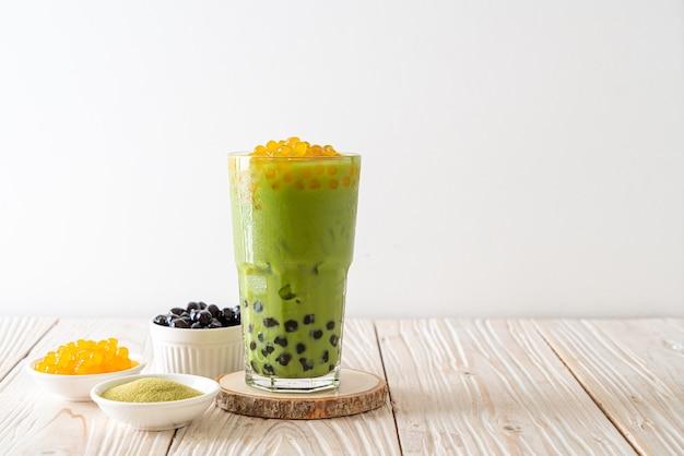Matcha chá verde com leite com bolha e bolhas de mel