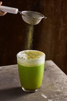 Matcha chá verde com leite em copo de vidro