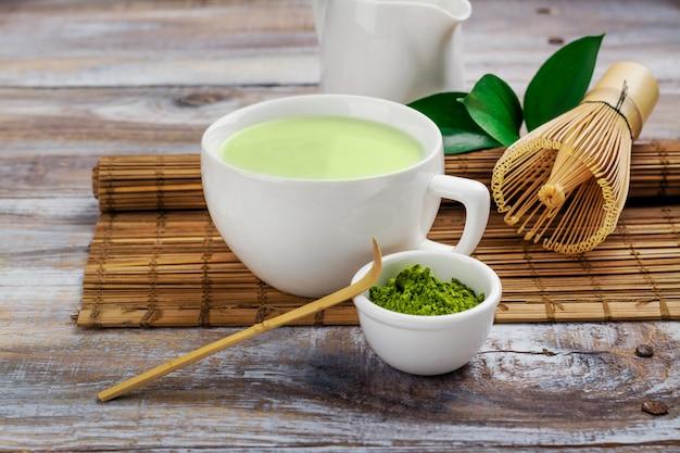 Matcha chá verde com leite em um copo