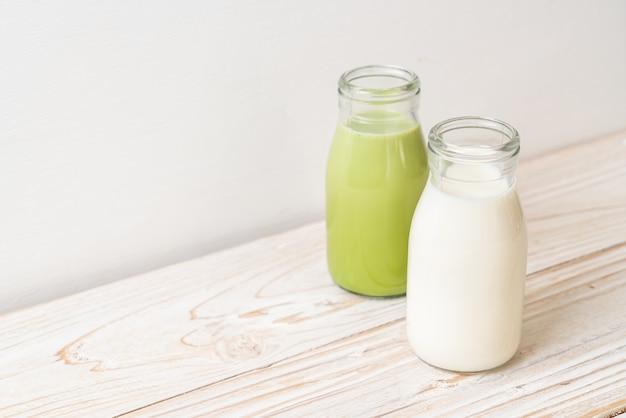 Matcha chá verde com leite fresco em garrafa