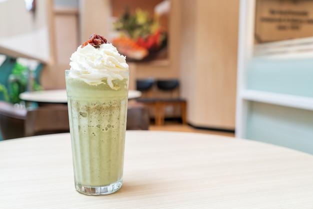 Matcha chá verde com leite misturado com chantilly e feijão vermelho em cafeteria e restaurante