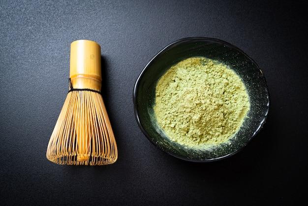 Matcha chá verde em pó com batedor