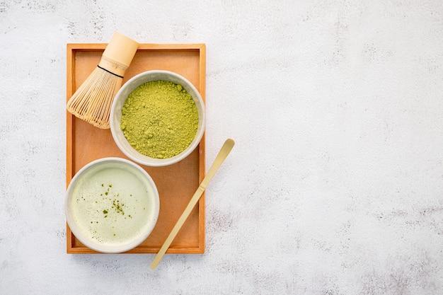 Matcha chá verde em pó com um batedor de bambu matcha