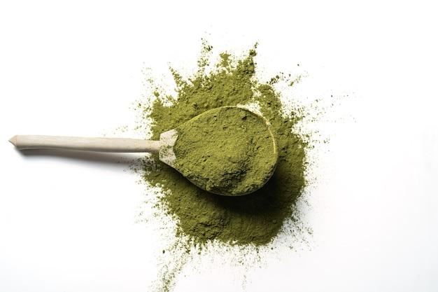 Matcha chá verde em pó em colher de pau isolado