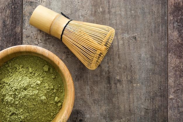 Matcha chá verde em uma tigela no espaço da cópia de mesa de madeira