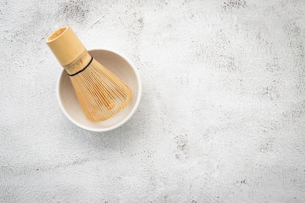 Matcha conjunto de bambu matcha whisk montado em concreto branco.