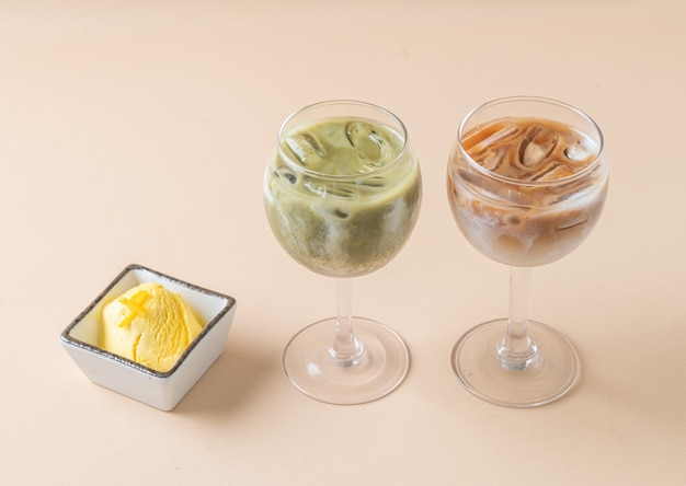 Matcha gelado de chá verde com leite com copo de café gelado