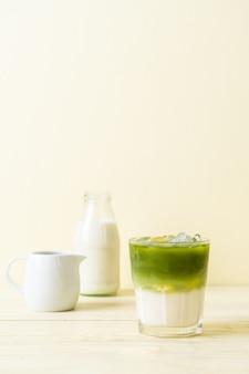 Matcha gelado de chá verde com leite
