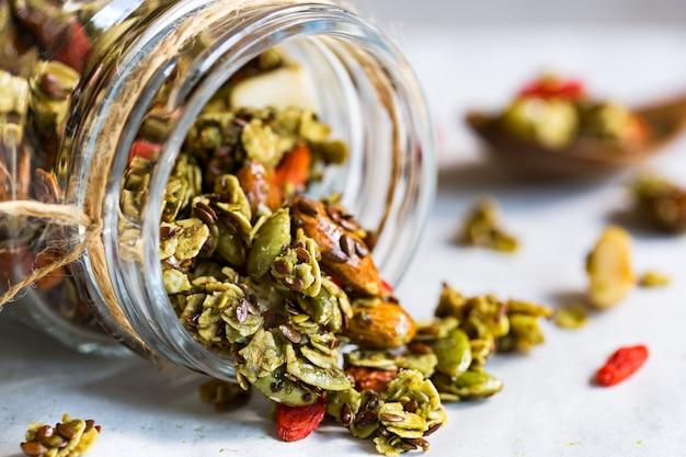 Matcha granola com semente de linho, amêndoa e goji berry