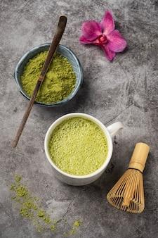 Matcha japonês chá verde em pó, colher de bambu e bata,
