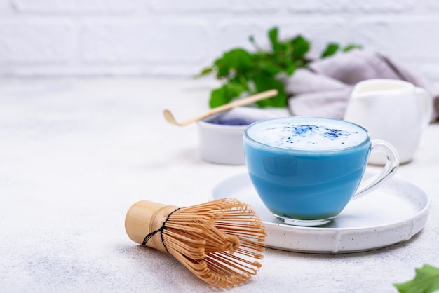 Matcha latte azul com leite
