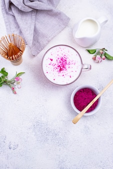 Matcha latte rosa com leite