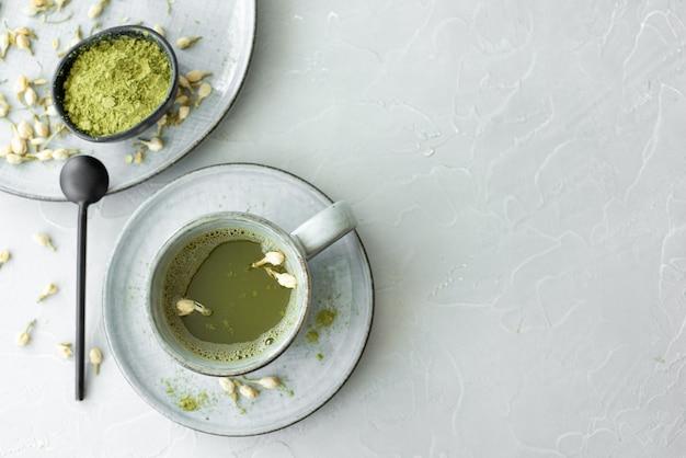 Matcha verde em uma xícara de cerâmica cinza