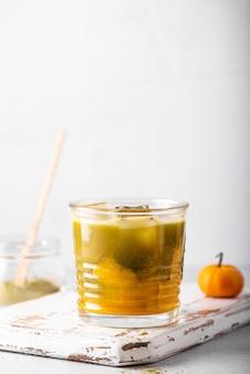 Matcha verde gelado com suco de laranja em um copo, close-up