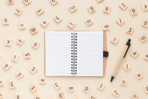 Matemática com números e caderno