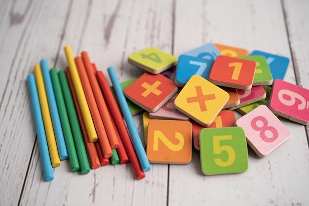 Matemática número colorido, conceito de ensino de aprendizagem de matemática de estudo de educação.