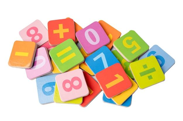 Matemática número colorido na mesa branca, conceito de ensino de aprendizagem de matemática de estudo de educação.