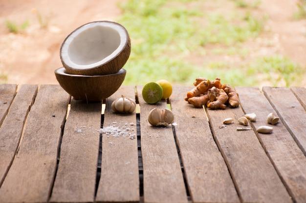 Matéria-prima para comida e sobremesa.lemon e coco e açafrão