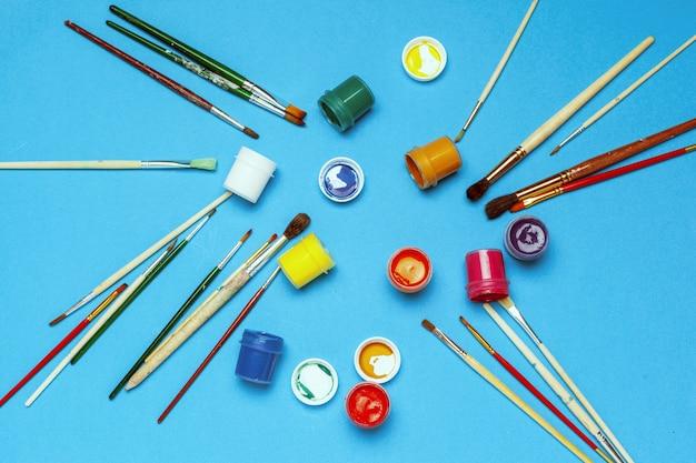 Materiais de arte. tintas e pincéis para aquarela