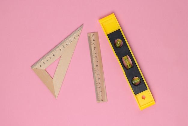 Materiais de construção de engenharia em um pastel rosa
