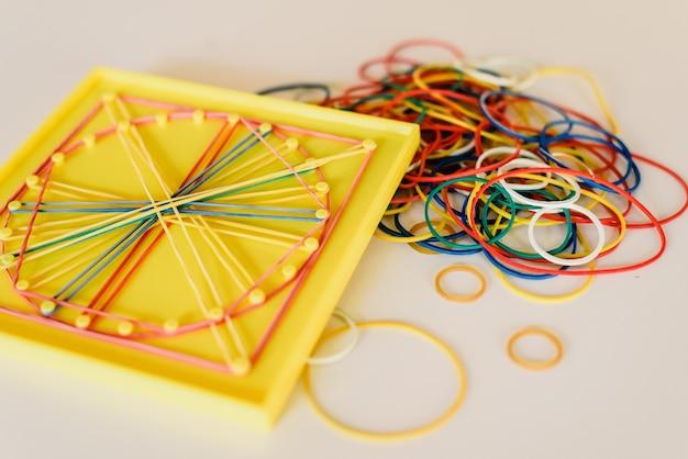 Materiais de geometria e matemática em uma sala de aula montessori