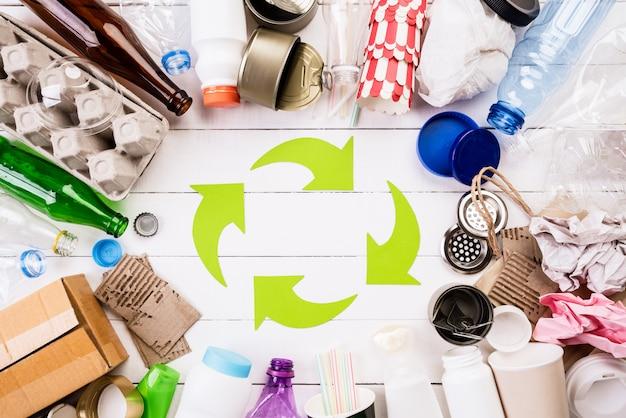 Materiais de lixo diferentes com símbolo de reciclagem