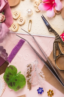 Materiais de scrapbooking, papel de rascunho, ferramentas e decoração